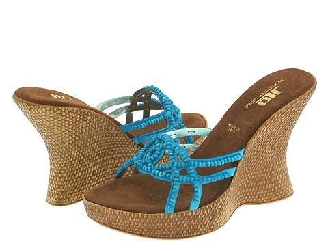 باريسمجموعة حقائب وأحذية جديدة من Miu miuالوان قويةوجريئة لأحذية جورونج